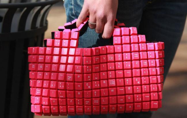 Фото прикол  про клавиатуру и женскую сумочку