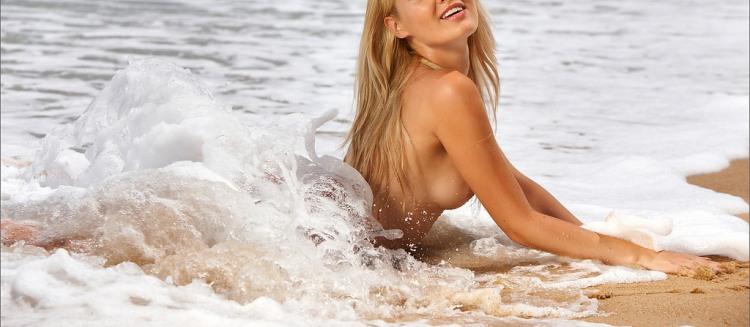 Фото прикол  про волну, блондинок, раздетых людей пошлый