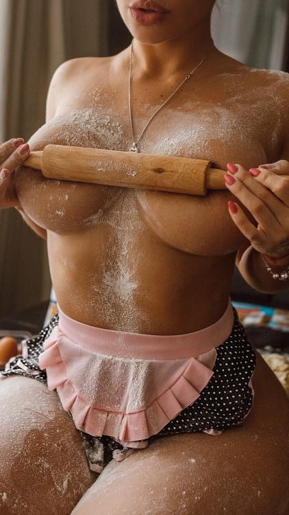 Фото прикол  про скалку, девушек, женскую грудь, эротику пошлый
