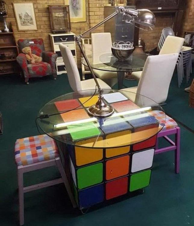 Фото прикол  про стол и кубик рубика