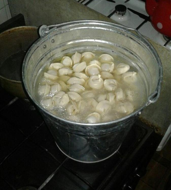 Фото прикол  про ведро, пельмени и приготовление пищи